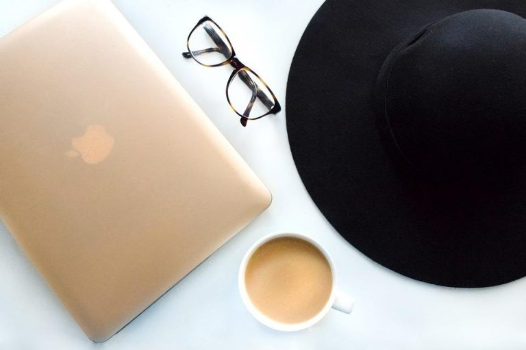 ordinateur café chapeau - blogging